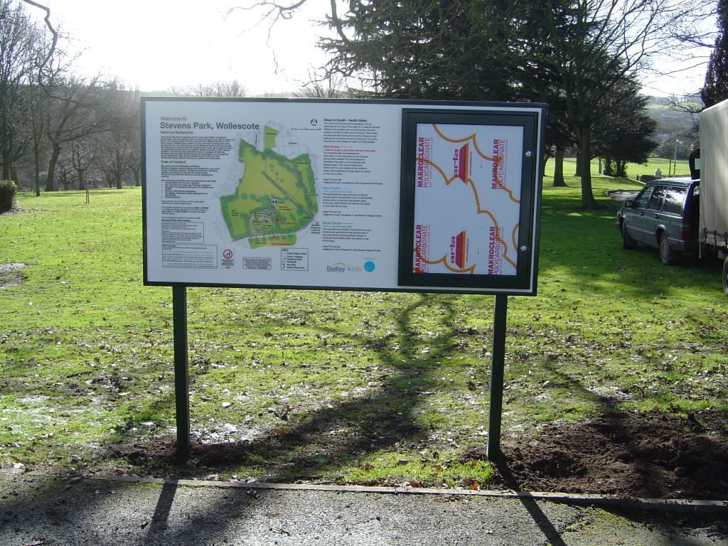 A park entrance sign unit with a map of the park, walking routes and historical background. Post mounted and with an aluminium notice board.
